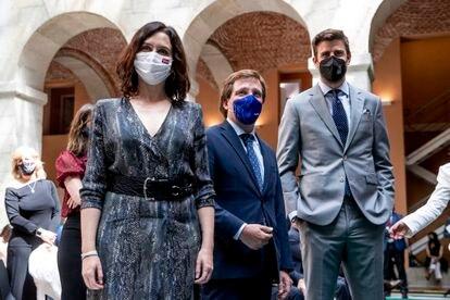 Díaz Ayuso, Martínez Almeida y Piqué, este jueves en la Real Casa de Correos de Madrid.