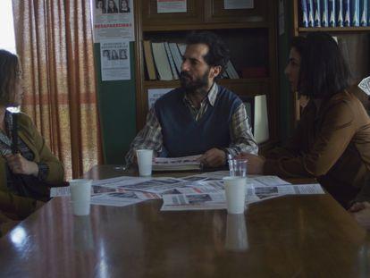 Una reunión de los padres de las chicas asesinadas, en el filme '75 días'.