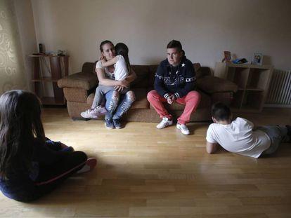 Laura Muñoz y Aroa Montano, una pareja que han okupado con los hijos de esta última un piso de la Iglesia en Móstoles (Madrid).