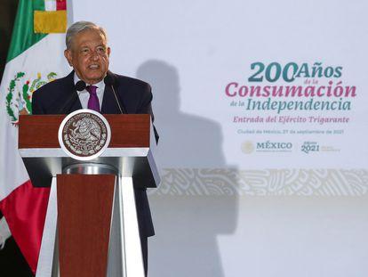 El presidente Andrés Manuel López Obrador fuera del Palacio Nacional, este lunes.