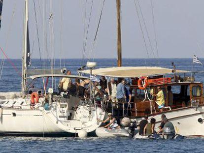 Activistas propalestinos embarcan rumbo a Gaza, el viernes en Creta.