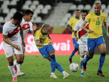 El brasileño Neymar patea el balón de rabona en el partido de las semifinales de la Copa América contra Perú disputado el pasado 6 de julio en el estadio Olímpico Nilton Santos de Río de Janeiro (Brasil).