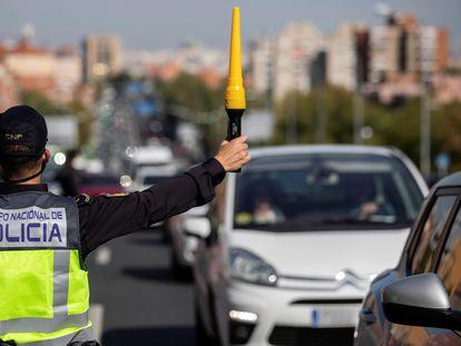 Agentes de la Policía Nacional en un control para vigilar el cumplimiento de las restricciones a la movilidad impuestas por el estado de alarma.