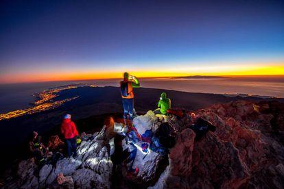 Un grupo de visitantes observa el amanecer desde la cima del Teide, el pasado marzo.