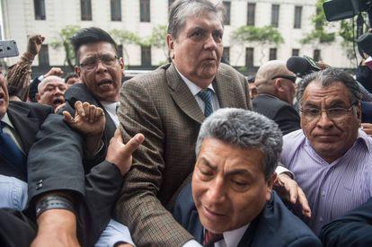 El expresidente peruano Alan García llega a la sede de la Fiscalía de Lima, este jueves.