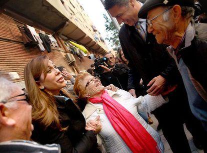 Alicia Sánchez-Camacho y Xavier García Albiol, ayer, hablando con vecinos en Badalona.