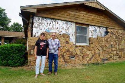 Johny y Janise Bryant junto a su casa dañada por el terremoto.