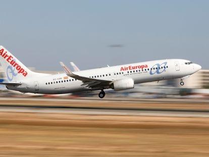 Un Boeing 737-800 de Air Europa despega del aeropuerto de Palma de Mallorca.