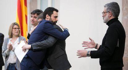Torrent se abraza a Domènech ante la presencia de Riera y Artadi.