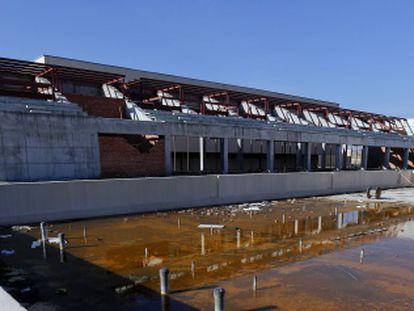 Graderío y piscina olímpica del polideportivo sin terminar de Navalcarnero.