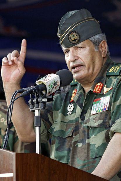 Abdelfatah Yunes durante una conferencia en Bengasi
