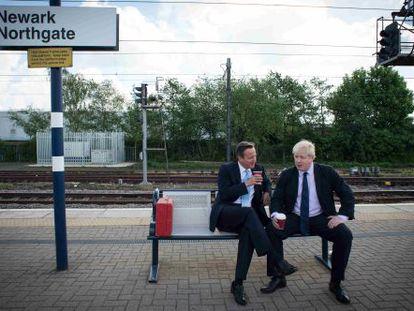 El primer ministro británico, David Cameron (izquierda) y el alcalde de Londres, Boris Johnson, esperan el tren tras un mitin en Newark.
