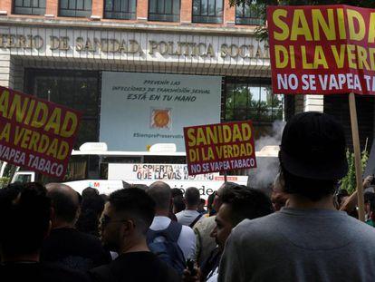 Un centenar de personas protesta ante el Ministerio de Sanidad español este lunes en defensa del vapeo.