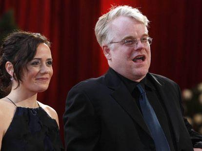 Mimi O'Donnell y Philip Seymour Hoffman, en los Oscar de 2008.