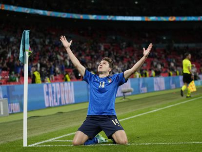 Federico Chiesa celebra el primer gol de Italia a Austria.
