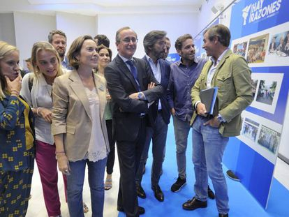 Alfonso Alonso (centro), entre los vicesecretarios nacionales, Cuca Gamarra (a su izquierda) y Antonio González Terol, este viernes en la convención del PP vasco. En vídeo, la respuesta de Borja Sémper a Cayetana Álvarez de Toledo.