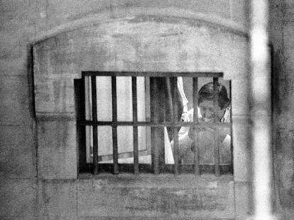El financiero Javier de la Rosa come un bocadillo en la cárcel en 1994.