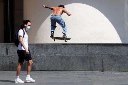 Un joven practica con un monopatín el 15 de junio en Barcelona.