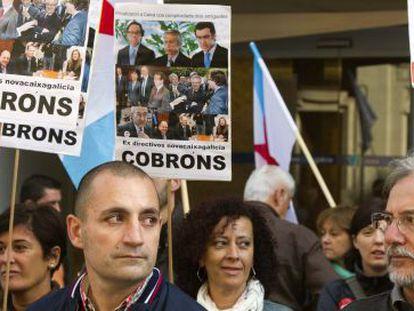Sindicalistas protestan por la fusión de cajas gallegas en 2011.