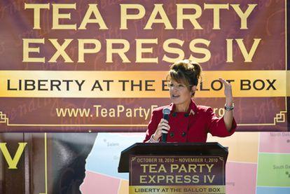 Sarah Palín habla a la multitud en un acto del Tea Party, en Reno (Nevada), el 18 de octubre de 2010.