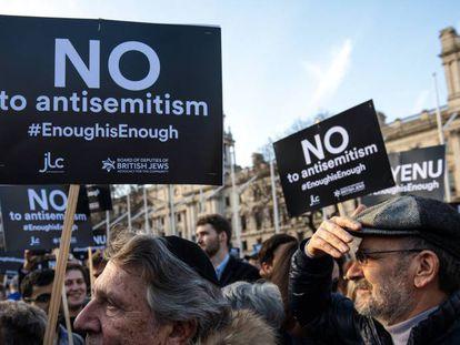 Un grupo de judíos británicos protesta frente al Parlamento el 26 de marzo de 2018.