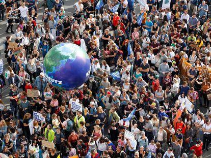 Asistentes a la manifestación para exigir medidas que frenen el cambio climático, este viernes en Viena.