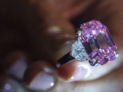 Un empleado de Christie's muestra el diamante Pink Legacy. En vídeo, declaraciones de François Curiel, representante de Christie's en Europa.