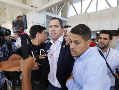 Juan Guaidó llega a Caracas este martes en medio de una gran tensión. En vídeo, Guaidó después de su aterrizaje en Caracas.