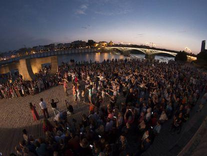 'Flashmob' inaugural de la Bienal de Sevilla a cargo de José Galán y su compañía de flamenco inclusivo.