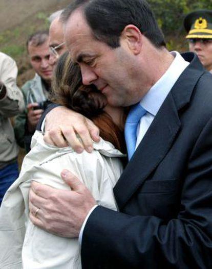 Bono consuela a un familiar de las víctimas del Yak-42 en un homenaje un año después del siniestro.