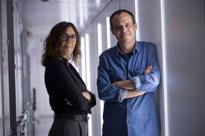 Los biólogos Marta Bosch y Albert Pol, fotografiados este jueves en Barcelona.