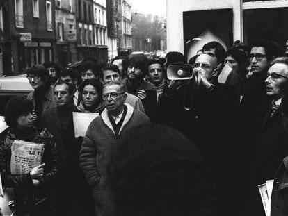 Jean-Paul Sartre, Andre Gluksmann y Michel Foucault, con un megáfono, en una manifestación en París en 1969