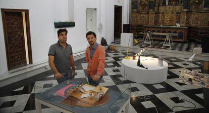 Cristóbal Quintero, izquierda, y Miki Leal montando 'Inventario aproximado'.