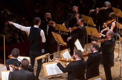 Los instrumentistas de cuerda de musicAeterna tocan de pie. A la izquierda, con el brazo izquierdo extendido, su director, Teodor Currentzis.