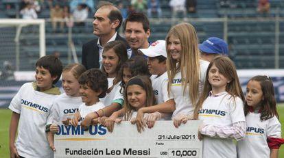 Messi, rodeado de niños en un partido benéfico.