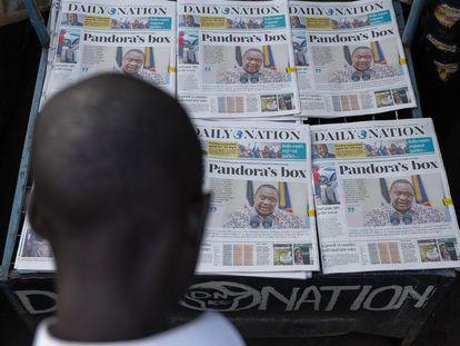 Un hombre observa la portada del diario que ha publicado en Kenia los 'Papeles de Pandora'.