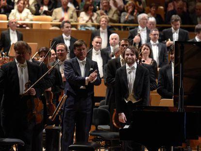 Christian Thielemann, en el centro, saluda al público junto al pianista Daniil Trifonov (derecha), en el concierto del pasado 16 de mayo en el Auditorio Nacional.
