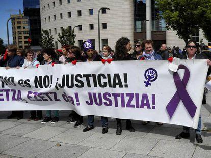 Concentración en apoyo a la víctima de La Manada a las puertas de la Audiencia, en Pamplona.