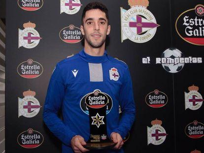 El futbolista español Sabin Merino recibe el trofeo Estrella Galicia como mejor jugador del Deportivo del mes, el pasado enero.