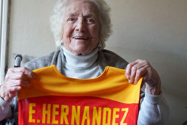 Encarna Hernández, una de las pioneras del baloncesto español, posa con la camiseta con su nombre que le regalaron las jugadoras de la selección española.