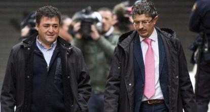 El exdirector general de Deportes de Baleares José Luis 'Pepote' Ballester (i) y su abogado llegan a los juzgados de Palma para prestar declaración.