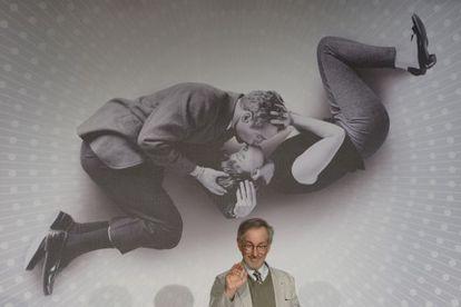 Steven Spielberg, presidente del jurado del Festival de Cannes 2013, delante del cartel promocional de este año.