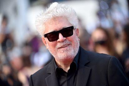 Pedro Almodovar, un habitual de Cannes compita o no, llega a la proyección de 'Annette'.