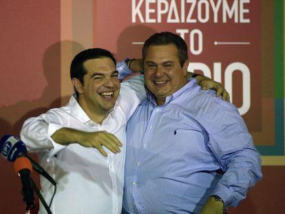 Tsipras se abraza con el nacionalista Kammenos, su socio de Gobierno, tras conocer el resultado.