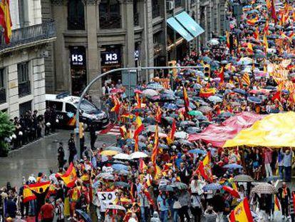 Caceroladas contra Puigdemont y manifestaciones contra el referéndum dan voz a una mayoría que rechaza el 'procés'