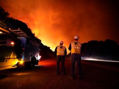 Trabajadores de la compañía eléctrica en las cercanías del Creek Fire, cerca de Fresno, California.