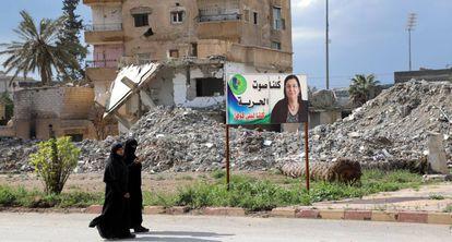 Dos mujeres sirias pasan ante las ruinas de edificios, el pasado día 1 en Raqa.