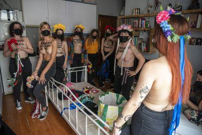 El grupo de activistas, durante los preparativos.