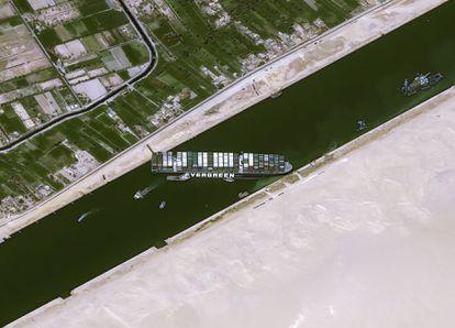 El buque 'Ever Given', este jueves encallado en el canal de Suez.