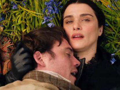 Rachel Weisz encarna en  Mi prima Rachel  a una viuda seductora que vuelve loco al protagonista, que cree que ha asesinado a su marido